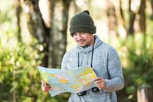 hombres que viajan solos en la naturaleza foto