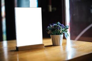Menú blanco en blanco sobre la mesa en el restaurante foto
