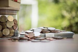 Ahorre dinero para el concepto de inversión moneda en el frasco de vidrio foto
