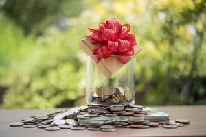 caja de regalo en dólares en el frasco de vidrio foto