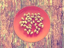 pistachos en el fondo de madera foto