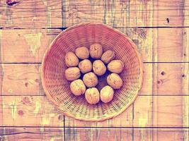 nueces en el fondo de madera foto