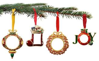 adornos navideños pintados a mano colgando de la rama de un árbol foto