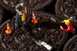 Trabajadores de la construcción en imágenes conceptuales con cookies foto
