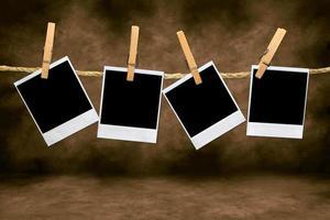 Fotogramas de película en blanco vacíos colgando de una cuerda foto