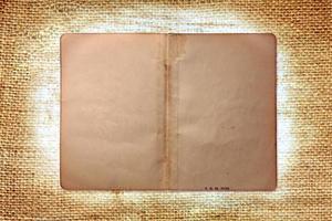 Vintage páginas de libros sucios sobre fondo de arpillera foto