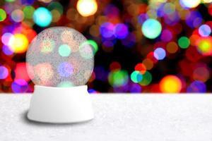 Bola de nieve de Navidad vacía con fondo de vacaciones foto