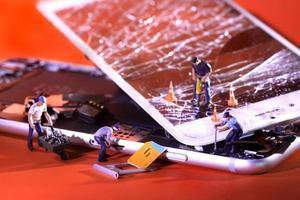 miniaturas de construcción arreglando y reparando un iphone roto agrietado foto