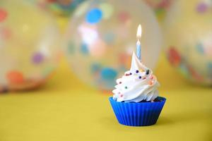 pastelitos de feliz cumpleaños brillantes con velas foto