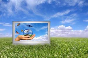 Hermoso campo de hierba verde y azul cielo nublado concepto de tierra foto