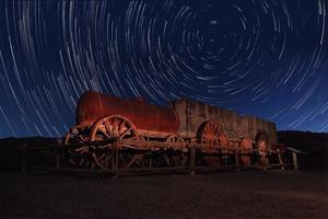 exposición nocturna rastros de estrellas del cielo en el valle de la muerte de california foto