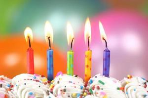 celebración con globos, velas y pastel. foto