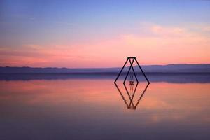 Aguas tranquilas de Bombay Beach, California, en el mar de Salton. foto