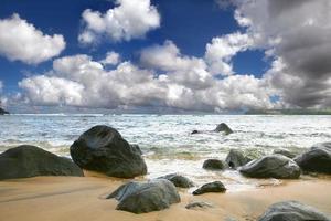 hermoso cielo sobre las olas del mar foto