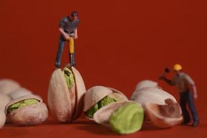 Trabajadores de la construcción en imágenes conceptuales de alimentos con pistachos foto