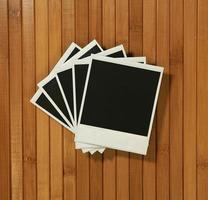 marcos polaroid vintage sobre fondo de bambú foto