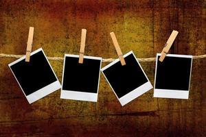 marcos polaroid vintage en un cuarto oscuro foto