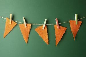 Banderines de arpillera colgando de una pizarra verde foto