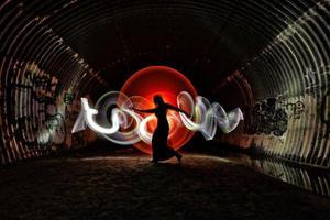 pintura de luz con iluminación de color y tubo foto