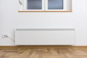 convector calefactor inteligente. hogar inteligente con el sistema de calefacción inteligente. concepto de calefacción del panel eléctrico. foto