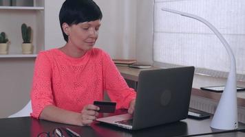 dame utilise internet pour acheter au travail. video