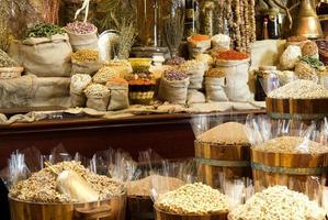 Vista de especias árabes orientales puestas en barriles de madera en el mercado de las especias foto