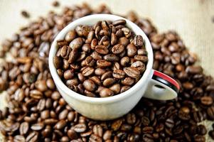 taza de café y granos de café tostados. foto
