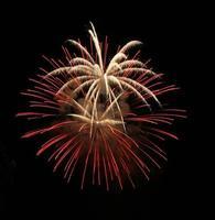 exhibición de fuegos artificiales explosivos foto
