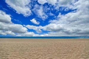 Disparo de playa vacía con cielo nubes y arena en Maui Hawaii foto