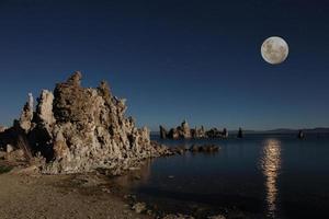tobas de lago mono con la luna foto
