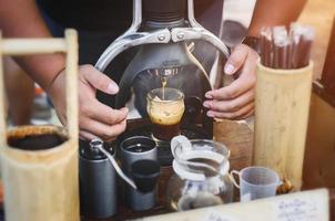 Shot de café expreso hecho a mano de la cafetera rok. foto