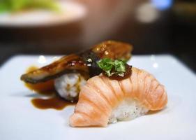 rebanada de vientre de salmón japonés y sushi quemado. foto