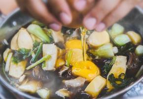 sopa caliente de verduras y carnes al estilo shabu. foto
