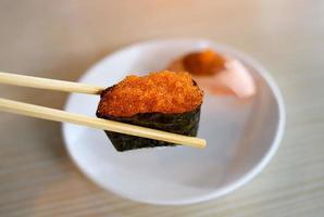 sushi gunkan de huevas de pez volador tobiko. foto