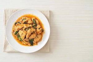 revuelva pollo frito con pasta de chile foto