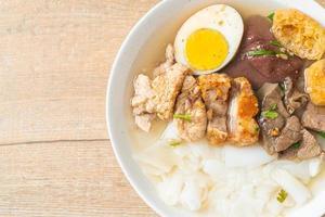 pasta de harina de arroz o cuadrado de pasta china hervida en sopa clara foto