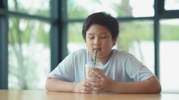 garçon mignon asiatique boit du lait avec un visage délicieux et heureux video