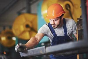 retrato de un joven maestro que trabaja en una fábrica. foto