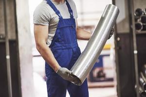 un retrato de guapo trabajador de la industria del metal en la fábrica. foto