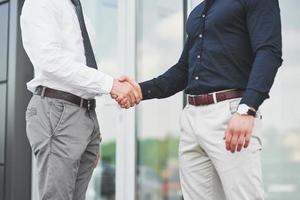 apretón de manos de dos hombres. contactos comerciales exitosos después de un buen trato foto