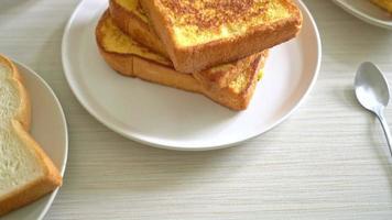 toasts français sur plaque blanche pour le petit déjeuner video