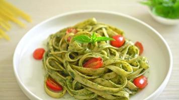 fettuccine spaghetti pasta with pesto sauce and tomatoes video