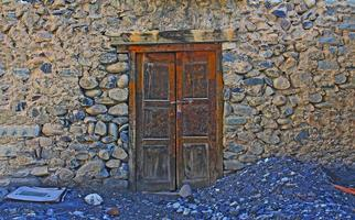 Puerta de madera histórica grunge antiguo muro de piedra foto