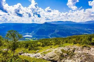 Panorama del paisaje de montaña y el lago vangsmjose en vang noruega foto
