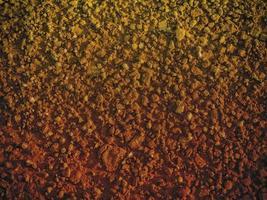 textura de arena oscura en el mar foto