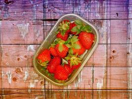 fresas sobre fondo de madera foto
