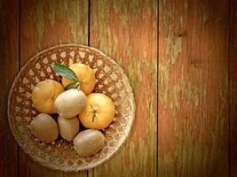 fruta en el fondo de madera foto