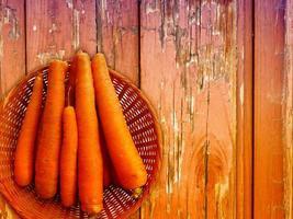 zanahorias en el fondo de madera foto