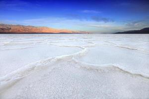 Formaciones en el Valle de la Muerte de California en agua mala foto