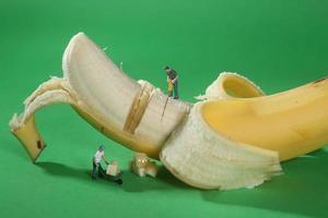 Trabajadores de la construcción en imágenes conceptuales de alimentos con plátano foto